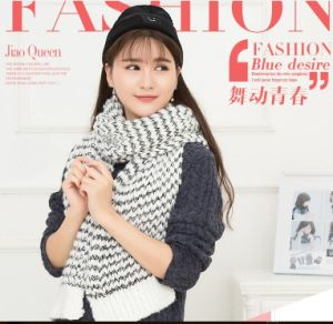 2017 New Fashion Designer Infinity Knit Scarf with Holes Women′s Neckerchiefs Hijab Shawl Wholesale Winter Ponchos