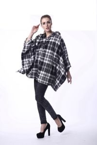 Women′s Black and White Checks Fleece Winter Cape pictures & photos