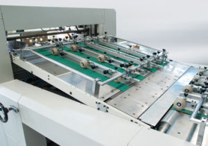 High Speed Autoamtic Playing Cards or Cartoon Cards Cutting Machine pictures & photos