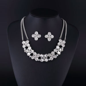 Four Leaf Fashion Rhinestone and Crystal Silver Plating Necklace pictures & photos