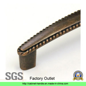 Factory Outlet Zinc Alloy Furniture Handle Hardware Drawer Kitchen Cabinet Pull Handle (Z 033) pictures & photos