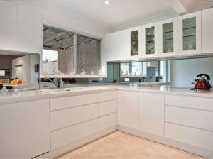 Handle-Free Design High Gloss White Lacquer Kitchen Cabinet pictures & photos