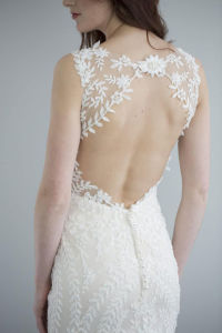 a Stunning Weding Dress Adorned with Delicate Beaded Lace, Detailing on The Low Back and Trails Into The Fine Tulle and Blush-Coloured Satin pictures & photos