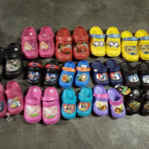 Selling Mix Styles Stock EVA Garden Shoes Stock Clogs (GD1017-3) pictures & photos