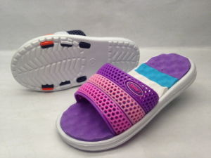 Hot Sell Kid′s Injection EVA PVC Garden Slippers (21IY1704) pictures & photos