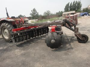 Semi-Mounted Offset Heavy-Duty Disc Harrow pictures & photos