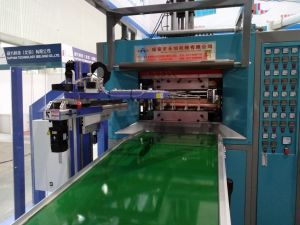 2017 China Plas Exhibition Show Servo Motor Machine/ Yxsf750 Multifunctional Thermoforming Machine (Sheet feeding &Stretching by Servo Motor) pictures & photos