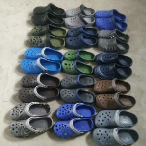Selling Mix Styles Stock EVA Garden Shoes Stock Clogs (GD1017-1) pictures & photos