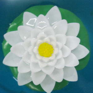 Flickering Outdoor Waterproof Battery Operated Plastic LED Lotus Flower pictures & photos