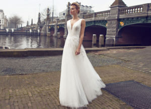 V Neck Soft and Flowing Wedding Dress pictures & photos