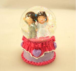 Lovely Polyresin Wedding Decor Craft Snow Globe Water Globe pictures & photos