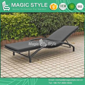 Rattan Sun Lounge with Cushion Outdoor Daybed (Magic Style) pictures & photos