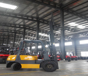 2.5t LPG/Gasoline Forklift Truck Use in Warehouse and Factory pictures & photos