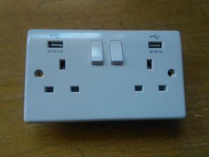 5V 2.1A/5V 1A Single USB UK Wall Socket with Switch