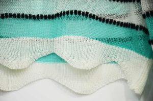 Women Green Striped Crop Sweater with Wave Hem pictures & photos