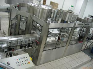 Pet Bottle Automatic Carbonated/Soda Water Filling Machine pictures & photos