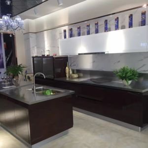 Wholesale Luxury Custom Made Colorful Design Kitchen Cabinet (FOH-MKC1324) pictures & photos