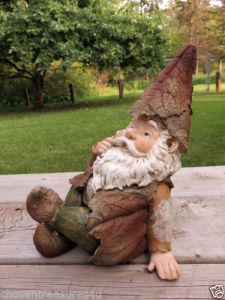 Woodland Garden Gnome 10.8 in. Sitting Lawn Ornament Yard Decor Village Resin pictures & photos