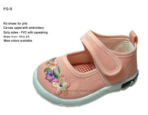 The First Stepping Kid Shoes with Squeaky pictures & photos