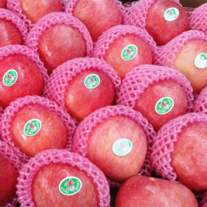 Blush Red FUJI Apple with Carton Packing pictures & photos