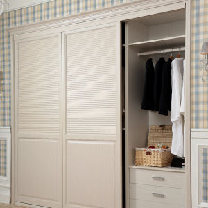 White Built-in Modern Closed Louver Sliding Wooden Bedroom Wardrobe (YG11319) pictures & photos