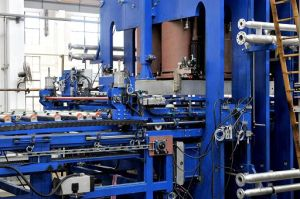 Automatic Short Cycle Lamination Line pictures & photos