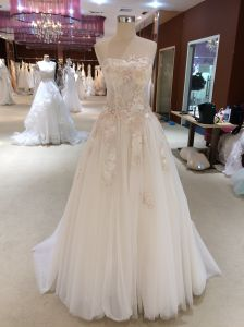 A Line Delicate Lace Strapless Wedding Dress pictures & photos
