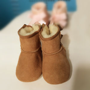 Handmade Lovely Sheepskin Soft-Soled Bow-Knot Baby Shoe pictures & photos