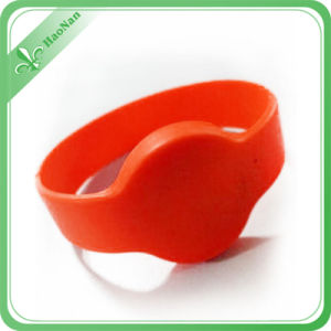 2016 Hot Sales Fashion Silicon Wristband Glow in The Dark pictures & photos