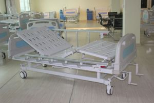 CE Certificate Two Cranks Manual Medical Bed (SK-MB108) pictures & photos