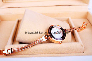 Wholesale Women′s Fashionable Gold Bracelet Watch for Ladies Girls pictures & photos
