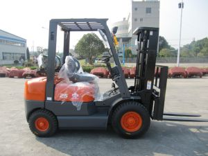 2500kg LPG Forklift with Nissan K21 Engine/Gasoline Forklift pictures & photos
