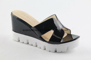 Platform Design Women Indoor Slippers with Reflecting Upper pictures & photos
