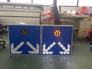 Ce & RoHS Approved Customized Solar Traffic Sign / LED Road Sign pictures & photos