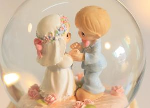 High Quality Resin Wedding Snow Globe with LED Light pictures & photos