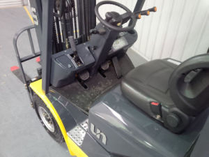 Un 1.5t LPG/Gasoline Forklift with Container Mast and Side Shift pictures & photos