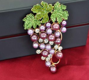 VAGULA Environmentally Friendly Pearl Grape Brooch for Lady pictures & photos