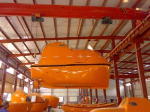 CCS Approved FRP Totally Enclosed Type Lifeboat and Davit pictures & photos