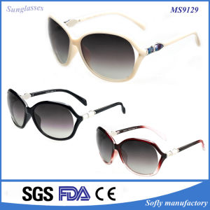 2015 Fashionable Italy Design Women Sunglasses with Butterfly Shape pictures & photos