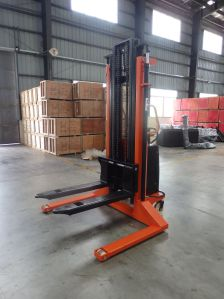 2 Ton Semi Electric Stacker with Ce Certification pictures & photos