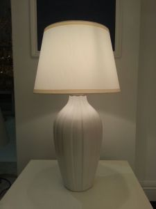 Beautiful White Simple Design Bedside Table Lamp (YJ10010/00/010) pictures & photos