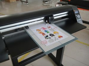 High Quality 710mm Digital Vinyl/Sticker/Paper Cutting Plotter pictures & photos