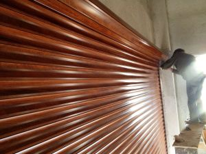 Residential Aluminum Roller Garage Door in Woodgrain Color pictures & photos
