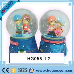 Resin Love Snow Globe Boy and Girl Inside pictures & photos