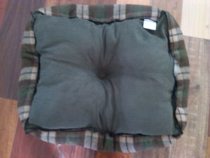Oxford Cloth Bottom Plaid Fabric Square Luxury Dog Bed pictures & photos