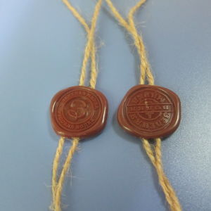 Plastic ABS Seal Hang Tag with Hemp Rope for Winebottle pictures & photos