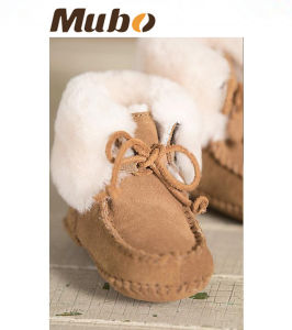 Infant & Toddler Soft-Soled Sheepskin Booties Baby Booties pictures & photos