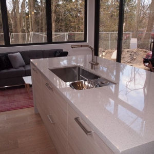 White Mirror Artificial Quartz Countertop for Kitchen Room pictures & photos