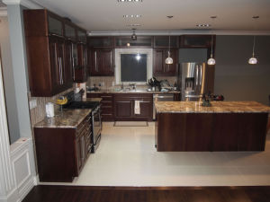Guanjia Kitchen′s Walnut Solid Wood Kitchen Cabinets with Granite Tops Kc031 pictures & photos