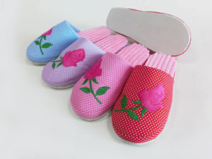 Ladies Indoor Warm Nice Soft Slipper with Flower pictures & photos